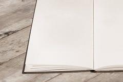Abra el libro viejo con las paginaciones en blanco Fotos de archivo libres de regalías