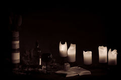 Abra el libro visto por la luz de una vela Foto de archivo libre de regalías