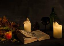 Abra el libro visto por la luz de una vela Imagen de archivo