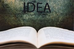 Abra el libro y el texto de la idea Foto de archivo