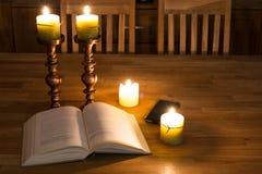 Abra el libro y las velas Foto de archivo libre de regalías