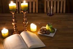 Abra el libro y las velas Fotografía de archivo libre de regalías