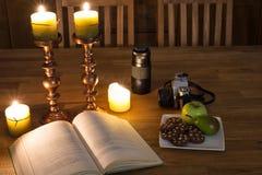 Abra el libro y las velas Imagen de archivo libre de regalías