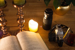 Abra el libro y las velas Imagenes de archivo