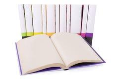 Abra el libro y una colección de libros Fotografía de archivo