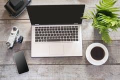 Abra el ordenador portátil con el sistema para el reportero en la tabla de madera del escritorio de la oficina Visión superior Pr Imagen de archivo