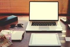 Abra el ordenador portátil y la tableta digital con la pantalla en blanco blanca del espacio de la copia para la información o el Fotos de archivo