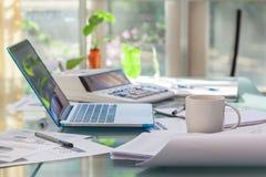 Abra el ordenador portátil y los accesorios con el café para el lugar de trabajo casero Imagen de archivo