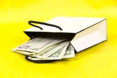 Abra el paquete con el dinero foto de archivo libre de regalías