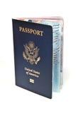 Abra el pasaporte americano en el fondo blanco Foto de archivo libre de regalías