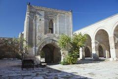 Abra el patio y la quiosco-mezquita de piedra dentro de la caravanseray Fotografía de archivo