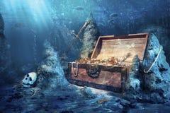 Abra el pecho de tesoro con el submarino brillante del oro Fotos de archivo libres de regalías