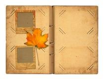 Abra el photoalbum del vintage para las fotos con follaje del otoño Foto de archivo