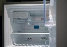 Abra el primer blanco vacío del refrigerador Foco en el congelador imagen de archivo