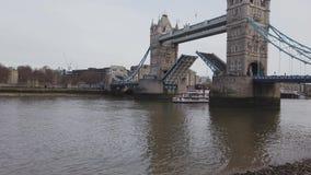 Abra el puente de la torre en Londres metrajes