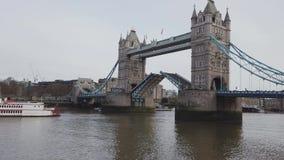 Abra el puente de la torre en Londres almacen de video