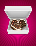 Abra el rectángulo con la torta de chocolate mordiscada en forma del corazón Fotos de archivo libres de regalías