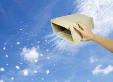 Abra el rectángulo de regalo mágico en el cielo Imagen de archivo libre de regalías