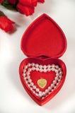 Abra el rectángulo en forma de corazón con las perlas y el collar Fotos de archivo