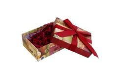 Abra el rectángulo de regalo con el llenador y la cinta roja Imagenes de archivo