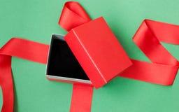 Abra el rectángulo de regalo rojo Fotografía de archivo libre de regalías