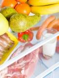 Abra el refrigerador por completo de frutas Fotografía de archivo