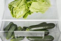 Abra el refrigerador por completo de frutas y verduras frescas Imagen de archivo libre de regalías