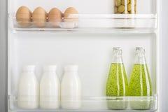 Abra el refrigerador por completo de frutas y verduras frescas Fotografía de archivo libre de regalías