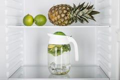 Abra el refrigerador por completo de frutas y verduras frescas Fotografía de archivo