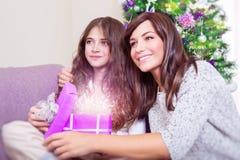 Abra el regalo de la Navidad Imagenes de archivo