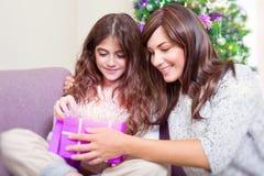 Abra el regalo de la Navidad Foto de archivo