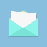 Abra el sobre con la hoja blanca Fotos de archivo libres de regalías