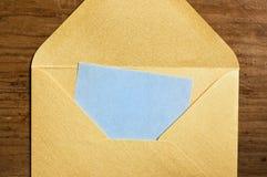 Abra el sobre de oro. foto de archivo libre de regalías