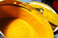 Abra el tarro con una pintura amarilla Fotos de archivo libres de regalías