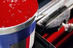 Abra el tarro con una pintura roja Foto de archivo libre de regalías