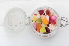 Abra el tarro de cristal por completo de caramelos Fotos de archivo libres de regalías