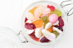 Abra el tarro por completo de caramelos Foto de archivo libre de regalías