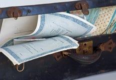 Abra el tronco antiguo, certificados comunes, edredón. Fotos de archivo