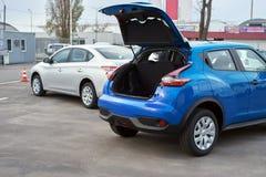 Abra el tronco de un coche azul Fotografía de archivo