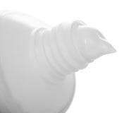 Abra el tubo del primer de la crema dental aislado en el fondo blanco imagenes de archivo