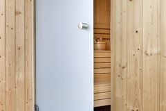 Abra em parte as portas de vidro para terminar a sauna Foto de Stock Royalty Free