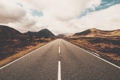 Abra a estrada em Glencoe, Escócia Montanhas escocesas fotos de stock