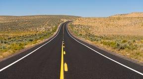 Abra a estrada escura vertical da pista de Asphalt Two Lane Road Twin da estrada Fotos de Stock