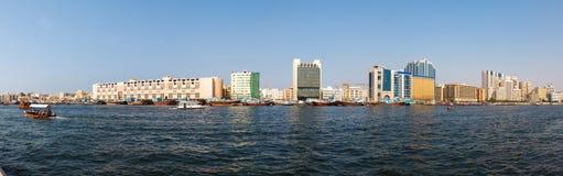 Abra fartyg som korsar Dubai Arkivfoto
