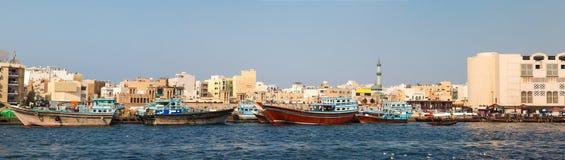 Abra fartyg som korsar Dubai Arkivfoton