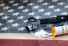 Abra a garrafa da prescrição das tabuletas esmagadas w do assassino de dor do opiáceo Imagens de Stock