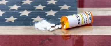 Abra a garrafa da prescrição do assassino de dor esmagado e inteiro do opiáceo Imagem de Stock