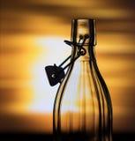 Abra a garrafa de vidro na frente de um fundo criativo Imagens de Stock