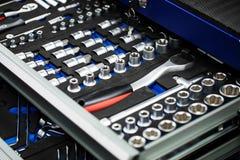 abra a gaveta com conjunto de ferramentas do auto mecânico fotos de stock
