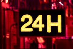 Abra 24 horas, mercado, farmacia, hotel, gasolinera, gasolinera imágenes de archivo libres de regalías